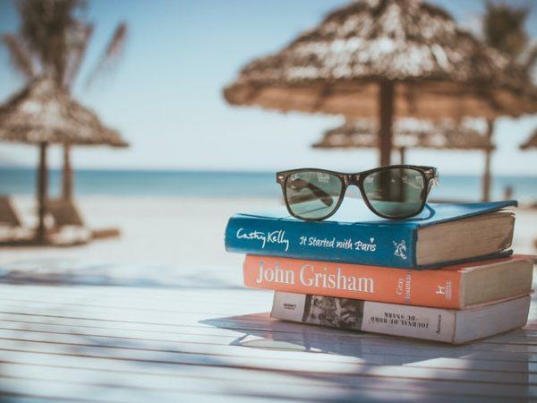 5 Autori da leggere sotto l'ombrellone (o sul divano)